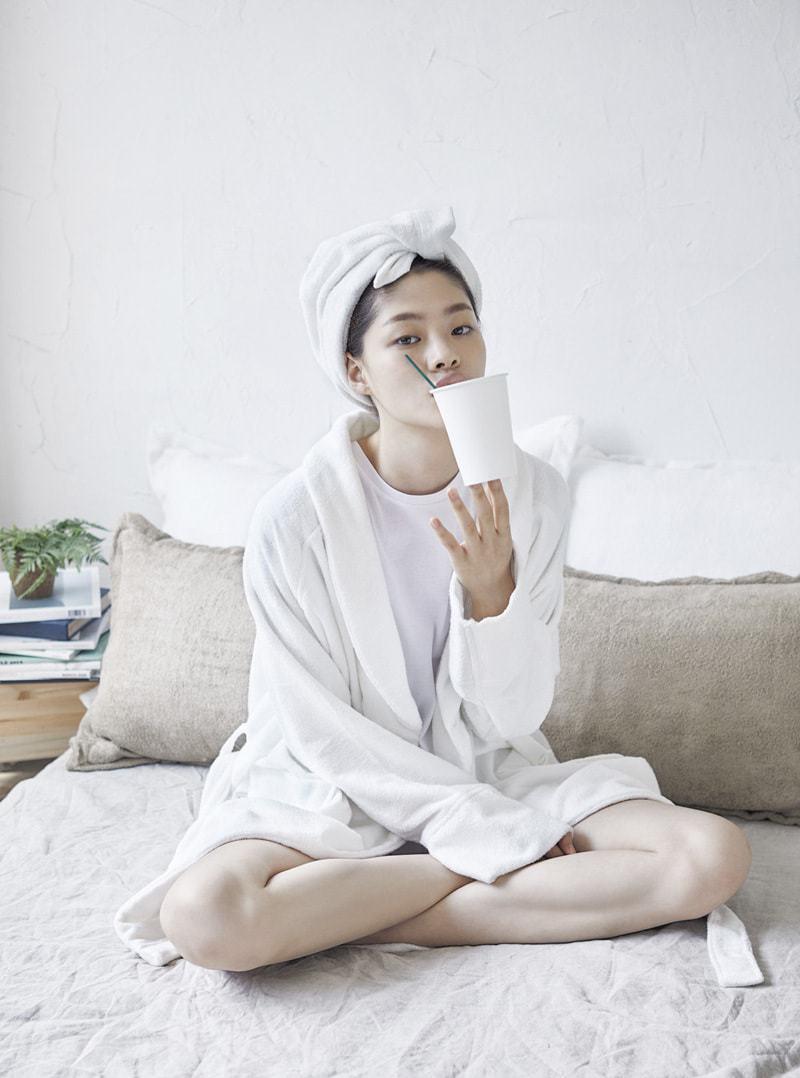 穿著浴袍喝水